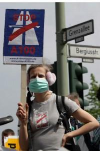 Protest beim ersten Spatenstich zum Baubeginn der A100 in Berlin-Neukölln