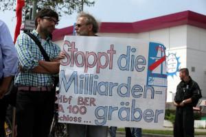 """Protestaktion """"Wir pfeifen auf die A100″ zum ersten Spatenstich für den Baubeginn der A100 von Berlin-Neukölln nach Treptow"""