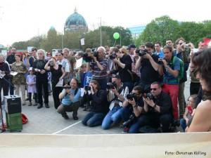 Protest-Spatenstich zum A100-Baubeginn: großes Medieninteresse