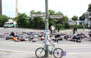 Die Straße wird diekt an der Ecke Hauptstraße/ Markgrafendamm vor dem Bahnhof Ostkreuz blockiert