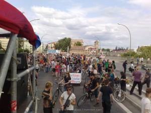 """Demo Fünf Jahre Bürgerentscheid """"Spreeufer für alle!"""" am 13.7.2013: Zwischenkundgebung auf der Elsenbrücke mit Redebeitrag vom Aktionsbündnis A100 stoppen!"""