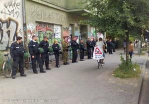 """Demo Fünf Jahre Bürgerentscheid """"Spreeufer für alle!"""" am 13.7.2013: Polizei schützt Häuser vor den friedlichen Protestierern"""