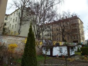 Einige der Häuser und Kleingärten in der Beermannstraße in Berlin-Treptow, die für die verlängerung der Stadtautobahn A100 geopfert werden sollen