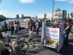 Spreedemo Berlin bleibt unsere Stadt! Gegen Mieterhöhung, Verdrängung und A100! Kundgebung auf der Oberbaumbrücke
