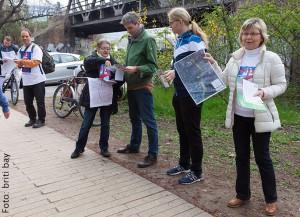 """Flyer-Aktion gegen Ausbau der A100 im Park """"Grünes Band"""" in Berlin-Lichtenberg"""