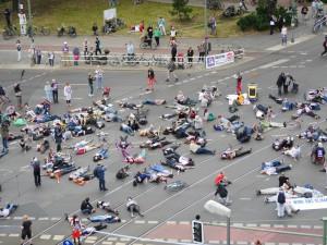Der Flashmob A100 stoppen! am 9.7.16 auf der Kreuzung Frankfurter Allee von oben