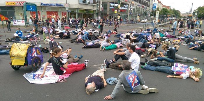 Flashmob A100 stoppen! Wir legen uns quer! am Samstag, 9.7.2016 um 15 Uhr auf der Kreuzung Frankfurter Allee/ Gürtelstr./ Möllendorffstr.