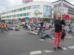 Tobias Trommer gibt mit einer roten Posaune das Signal zum Flashmob A100 stoppen!