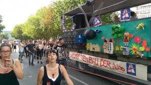 Protest gegen den Ausbau der Stadtautobahn A100 beim Zug der Liebe am 30.7.2016