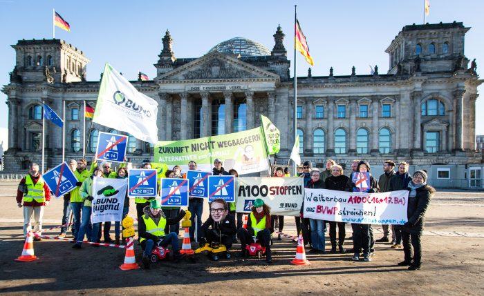 Protestaktion von BUND, BUNDjugend vor Bundestag – A100 stoppen war dabei
