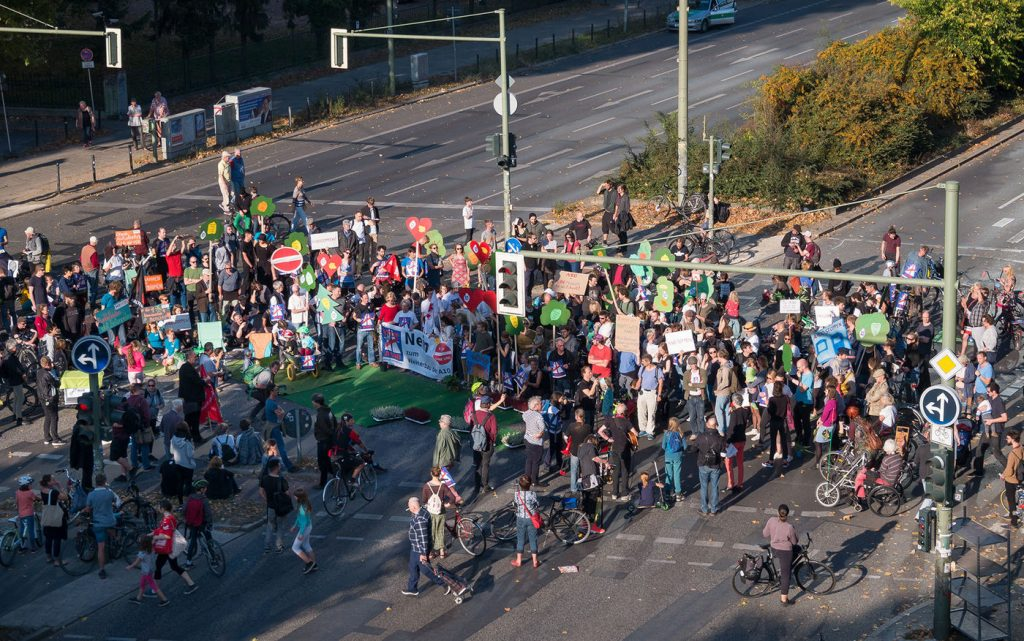 A100 stoppen! Protestaktion Blockade der Kreuzung am S-Bahnhof Treptower Park am 14.10.2018
