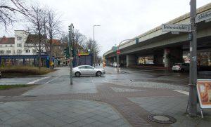 Breitenbachplatz mit dem Brückenbauwerk des Autobahnzubringers in Richtung A100
